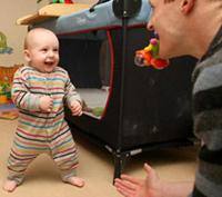 Шестимесячный младенец научился ходить