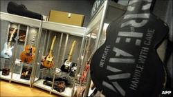 Эрик Клэптон продал свои гитары на благотворительном аукционе