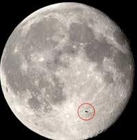 НЛО на фоне луны