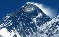 Эверест продолжает расти