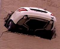 Mercedes чуть не выехал на улицу кратчайшим путем с 7 этажа