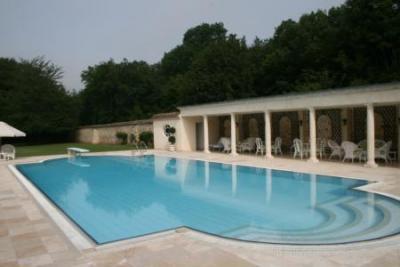 Замок во Франции с бассейном